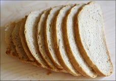 El blanco fresco sin pan mediterr?neo de la levadura es cortado exactamente por los pedazos para la comida y los bocadillos fotos de archivo libres de regalías