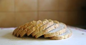 El blanco fresco sin pan mediterr?neo de la levadura es cortado exactamente por los pedazos para la comida y los bocadillos fotografía de archivo libre de regalías