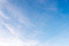El blanco hermoso del cielo azul se nubla el fondo Imagenes de archivo