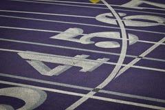 Carriles interiores del atletismo con números Fotos de archivo