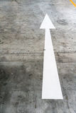 El blanco pintó encima de flecha delantero en piso del cemento Fotografía de archivo