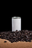 El blanco puede con el fondo negro de los granos de café Fotos de archivo