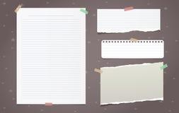 El blanco rasgado alineó los pedazos del papel de nota, hoja del cuaderno para el texto pegado en fondo marrón Ilustración del ve ilustración del vector