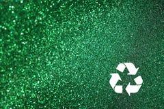 El blanco recicla la muestra y el fondo verde de las luces del brillo. luces defocused. imagen de archivo