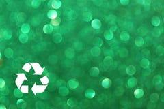 El blanco recicla la muestra y el fondo verde de las luces del brillo. luces defocused. stock de ilustración