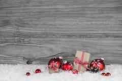 El blanco rojo comprobó regalos de Navidad en backgrou de madera gris viejo Imagenes de archivo