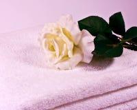 El blanco se levantó en las toallas suaves Fotos de archivo