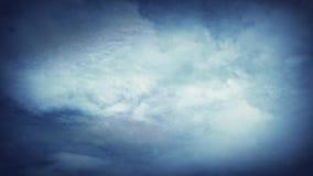 El blanco se nubla las nubes del cielo azul almacen de metraje de vídeo