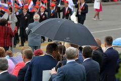 El blanco se zambulló en un paraguas negro foto de archivo