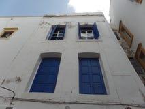 El blanco típico lavó el edificio en Essaouira, Marruecos imagenes de archivo