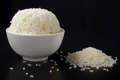 El blanco trató el arroz con vapor en cuenco de cerámica y arroz pulido Fotos de archivo