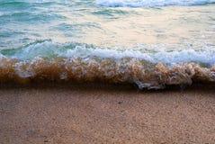 El blanco verde y la onda de Brown funciona con encima la arena como un pequeño tsunami fotos de archivo