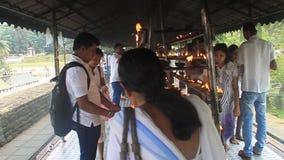 El blanco vistió velas ligeras de los devotos budistas almacen de metraje de vídeo