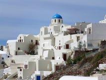 El blanco y el azul colorearon arquitectura única en el pueblo de Oia en la isla de Santorini Imagen de archivo libre de regalías
