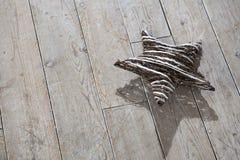 El blanco y el marrón protagonizan con la sombra enorme en el piso de madera Fotografía de archivo libre de regalías