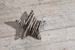 El blanco y el marrón protagonizan con la sombra enorme en el piso de madera Fotografía de archivo