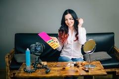 El bloggblogging, tecnología, videoblog, maquillaje y concepto femeninos de la gente Fotografía de archivo