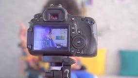 El blogger africano de la mujer inhabilitó en una silla de ruedas con un peinado afro la visión a través de la pantalla de la cám metrajes