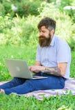 El Blogger crea el contenido para la red social El escritor o el blogger escribe el poste para la red social Inspiración para blo imágenes de archivo libres de regalías