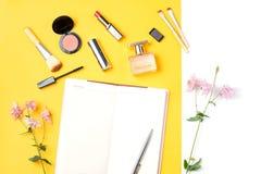 El blogger de la belleza se opone completamente endecha Productos de belleza y accesorios femeninos elegantes en fondo en colores Fotografía de archivo