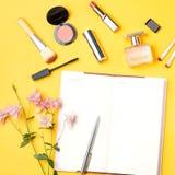 El blogger de la belleza se opone completamente endecha Productos de belleza y accesorios femeninos elegantes en fondo en colores Fotografía de archivo libre de regalías