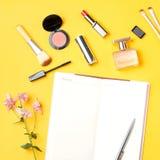El blogger de la belleza se opone completamente endecha Productos de belleza y accesorios femeninos elegantes en fondo en colores Imagenes de archivo