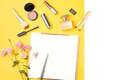 El blogger de la belleza se opone completamente endecha Productos de belleza y accesorios femeninos elegantes en fondo en colores Imágenes de archivo libres de regalías
