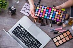 El blogger de la moda con los accesorios del maquillaje Imagen de archivo