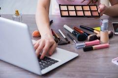 El blogger de la moda con los accesorios del maquillaje Imagenes de archivo