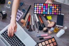 El blogger de la moda con los accesorios del maquillaje Fotografía de archivo libre de regalías