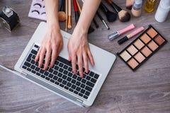 El blogger de la moda con los accesorios del maquillaje Imagen de archivo libre de regalías