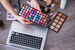 El blogger de la moda con los accesorios del maquillaje Fotos de archivo