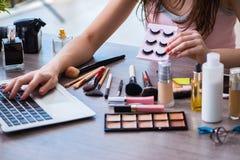 El blogger de la moda con los accesorios del maquillaje Fotografía de archivo