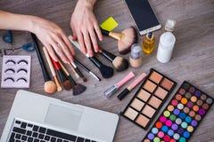 El blogger de la moda con los accesorios del maquillaje Foto de archivo libre de regalías