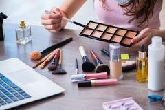 El blogger de la moda con los accesorios del maquillaje Fotos de archivo libres de regalías