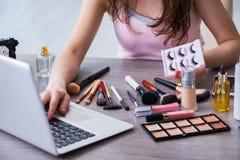 El blogger de la moda con los accesorios del maquillaje Imágenes de archivo libres de regalías