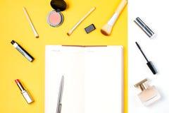 El blogger de la moda se opone completamente endecha Cuaderno abierto del espacio en blanco con para hacer la lista Fotografía de archivo libre de regalías