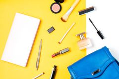 El blogger de la moda se opone completamente endecha Productos de belleza y accesorios femeninos elegantes en fondo en colores pa Imagenes de archivo