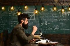 El blogger del redactor de anuncios y el hombre de Hipster del periodista con la barba y los vidrios mecanografían en la máquina  fotos de archivo libres de regalías