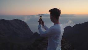 El blogger del viajero hace las fotos para compartir en redes sociales y Internet almacen de metraje de vídeo