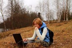El Blogging por todas partes con el ordenador portátil Imagenes de archivo
