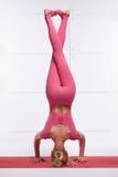 El blonde atractivo hermoso con la figura delgada atlética perfecta enganchó a la yoga, pilates, ejercicio o la aptitud, lleva la Foto de archivo