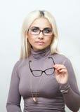 El blonde brillante intenta encendido los vidrios Imágenes de archivo libres de regalías