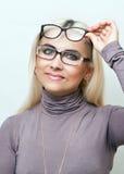 El blonde brillante intenta encendido los vidrios Imagenes de archivo