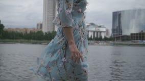 El Blonde camina alrededor de la ciudad a lo largo del río almacen de video