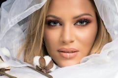 El Blonde compone a Beauty Makeup modelo, fondo blanco de la tela Fotos de archivo libres de regalías