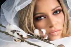 El Blonde compone a Beauty Makeup modelo, fondo blanco de la tela Fotografía de archivo libre de regalías