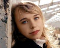 El blonde con los ojos azules foto de archivo