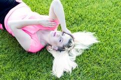 El blonde con un pelo que fluye en el campo de fútbol Imagen de archivo libre de regalías