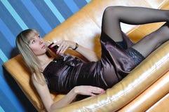 El blonde con un vidrio de vino Foto de archivo